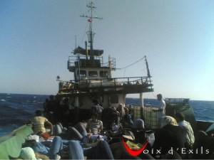 Un bateau transporte des migrants
