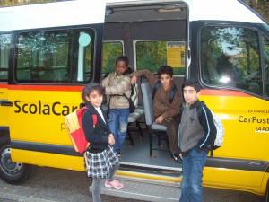 Des enfants prennent le bus à Crissier