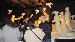 Public devant la crèche de Noël au Botza près de Sion