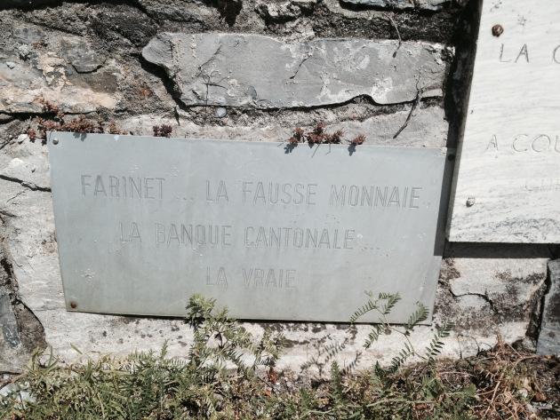 Une des nombreuses plaquettes déposées à la Vigne à Farinet. Photo: Voix d'Exils.