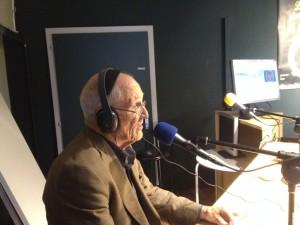 Michel Campiche interviewé sur les onde de Radio Django par Issa. Photo: Voix d'Exils