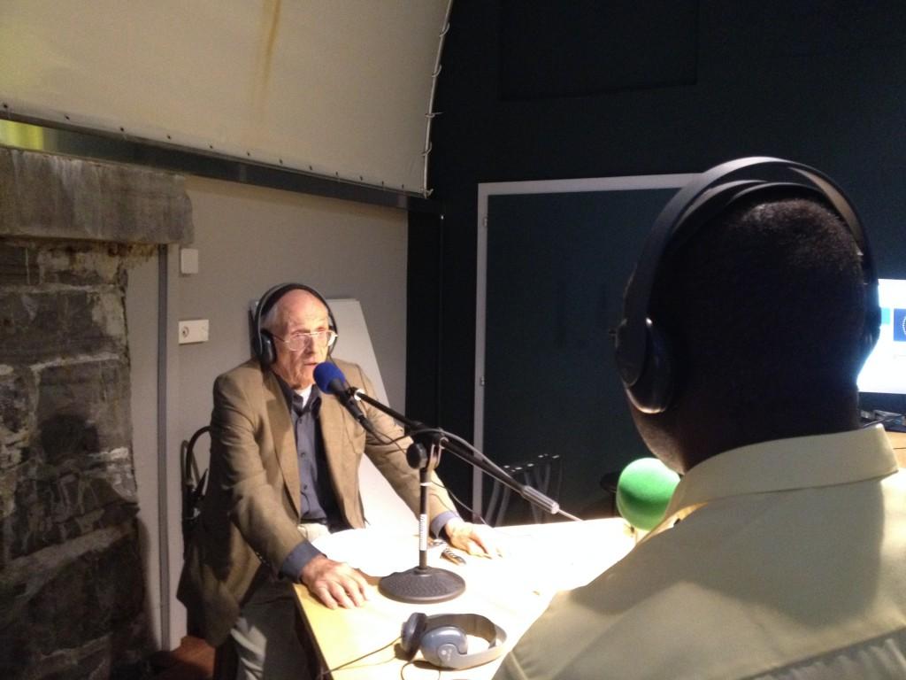 Michel Campiche interviewé sur les ondes de Radio Django par Issa. Photo: Voix d'Exils.