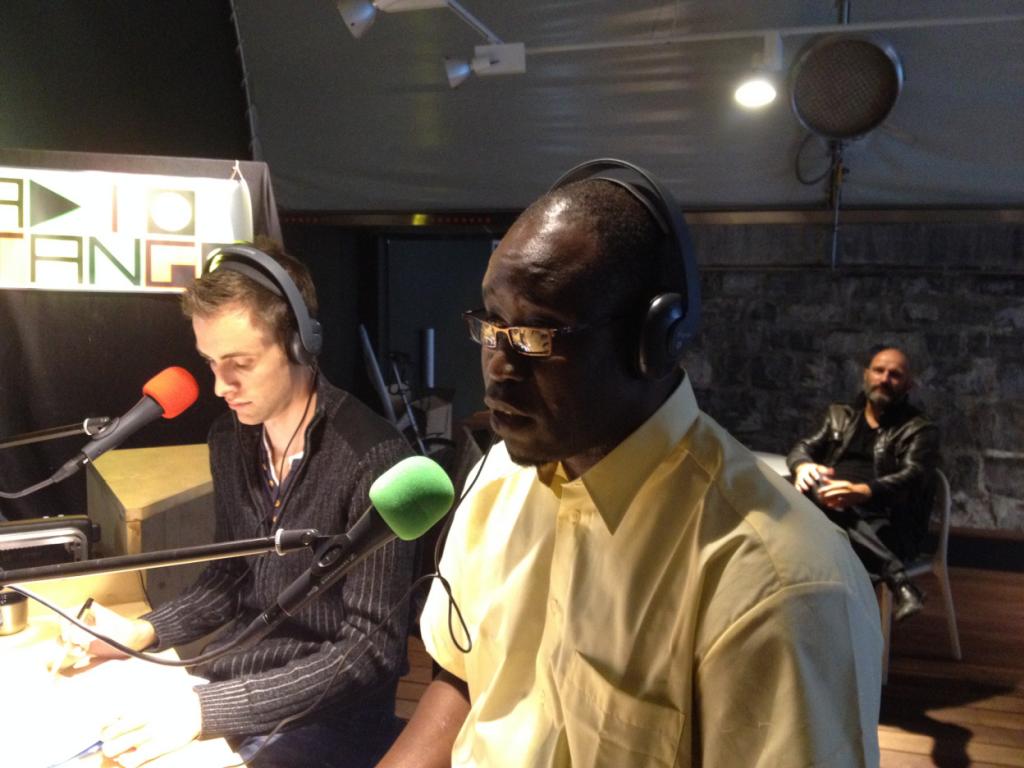 Issa interviewant Michel Campiche sur les ondes de Radio Django. Photo: Voix d'Exils