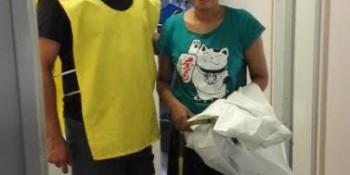 A gauche l'un des assistant portant le chasuble de sport confectionné par les couturières du Centre