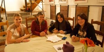 (de gauche à droit) Karen Hafsett, Anne-Marie Zoé Fuchsluger, et Rana Kardouh les trois fondatrices de J'change en compagnie de Rama Kouria, rédactrice de Voix d'Exils (deuxième à partir de la droit)