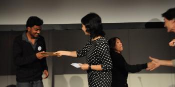 Keerthigan Sivakumar recevant son prix.