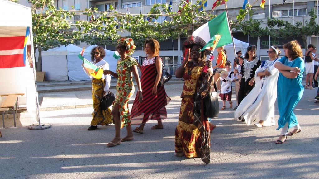 Le défilé des communautés. Photo : rédaction valaisanne de Voix d'Exils.