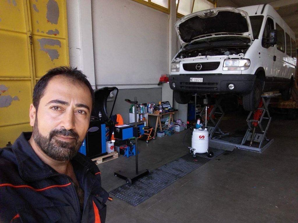 Al Hasheme Arkan dans son garage au travail. Photo: Haider, membre de la rédaction neuchâteloise de Voix d'Exils.