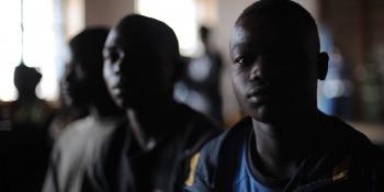 Des jeunes hommes de République Démocratique du Congo reagardent dans le vide