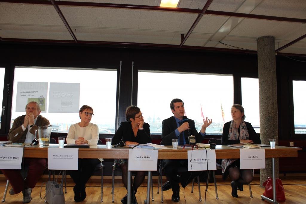Nicolas Roget au centre évoque l'importance du tzravail des journaliste. Photo: Giorgi, rédaction vaudoise de Voix d'Exils.