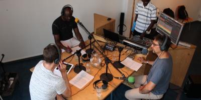 Jean-Pierre Vicario à l'antenne de Radio Django. Photo: rédaction vaudoise de Voix d'Exils